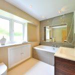 Comment faire pour qu'une petite salle de bains paraisse plus grande ?